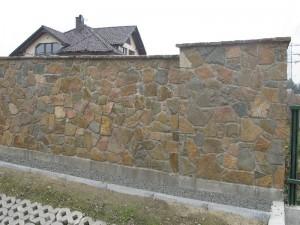 Ogrodzenie zbudowane z płaskich kamieni