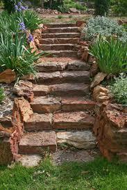 Schody z łupanych kamiennych bloków